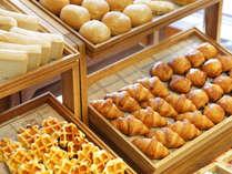 朝一番に、焼きたてパンをお召しあがりいただけます。