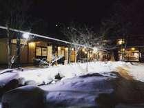 冷泉の小川をライトアップ♪雪景色が幻想的です。