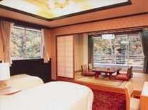 本館和洋室(バス・トイレ付)ベッドがあるので足腰弱いご年配の方にも好評です