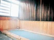 館内の檜風呂「宝の湯」。やわらかな湯ざわりでほっと一息