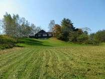 35000平米の、緑あふれる敷地なある、イージーリビングテラス。写真はメインハウス東から。