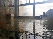 磯部温泉「恵みの湯」大きな窓を配した明るい大浴場は落ち着いた雰囲気が漂います。
