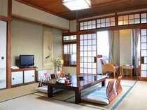 【3階客室】落ち着いた雰囲気の和室。窓からの眺めも爽快で、日の光注ぐ室内は温かみを帯びている