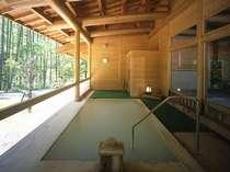 大浴場『湯元館』の露天風呂。大自然を満喫できます♪