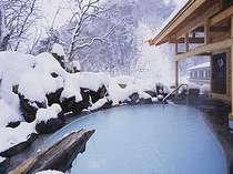 標高1400mの露天風呂。静まり返った山々を眺めながら秘湯感を味わう。。。