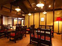 松本民芸家具で揃えた落ち着いた雰囲気のロビー。朝刊のご用意もございます。