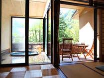 開放感溢れる露天風呂付きが嬉しい【介山荘 半露天付客室】(一例)