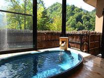 開閉式の窓を開ければ心地よい山の風。お部屋付きならではのプライベート感たっぷりの露天風呂。(一例)