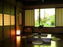 介山荘1~4階の角部屋に位置する4部屋限定の特別室。窓からは白骨の山々。