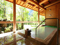 大浴場『湯元館』の露天風呂。ゆったりとした時間が流れます。