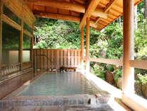 風と日差しが心地よい露天風呂。