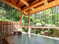 新緑の夏。涼風と日射しが心地よい露天風呂。