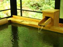 半露天風呂は肌にやさしい山の天然水を利用しております(一例)