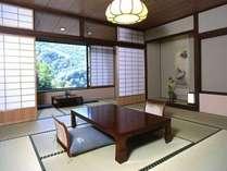 【昭和館スタンダード客室】昭和館の最上階に位置する客室からは白骨の四季をお楽しみいただけます。