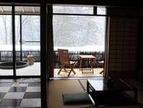 冬はこんな様子に♪お部屋から贅沢に雪見のお風呂はいかがでしょう。(一例)