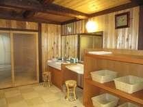貸切風呂の脱衣所。ご家族でも安心ゆったりスペース♪