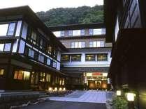 夕暮れの湯元齋藤旅館。白骨の湯を今も大切に伝える湯守の宿です。