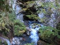 石灰岩を浸食してできた自然のトンネル「隧通し」、出口周辺は「冠水渓」と呼ばれます。