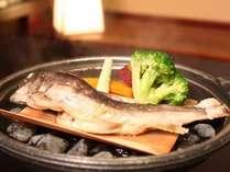 目の前で蒸す「岩魚蒸焼」アツアツ新鮮な岩魚をご賞味くださいませ♪