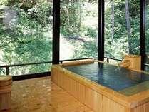 特別室の浴槽はぬくもりの檜風呂。全面ガラス張りの浴室から眺める白骨の自然は格別です!(一例)