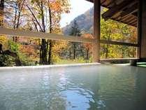 秋、湯元館の露天風呂。色鮮やかな紅葉を目前に。