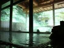 熱めの内湯と温めの外湯。効能豊かな、源泉掛け流しの温泉をお楽しみください。
