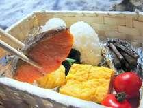 お弁当の中身は玉子焼きや焼き魚♪(具材は日によって少し変わります)