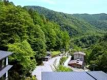 白骨温泉の景色を望む、昭和館の客室。