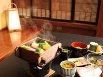 岩魚の蒸焼きや、当館の温泉を使用した蒸籠蒸しなど。地物の素材にこだわった会席料理。