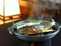 お席で蒸し上げる「岩魚の塩焼き蒸し」。蒸したてホカホカをお召し上がり下さいませ。