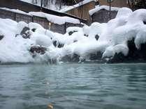 シン…と雪と静寂に包まれる冬。浴槽に流れる湯音のみ。