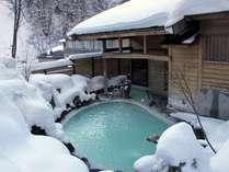 標高1400mの野天風呂。静まり返った山々を眺めながら秘湯感を味わう。。。