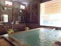 バリアフリー対応の広々とした貸切風呂。