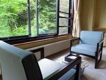 湯沢に面した牧水荘。渓流の涼しげな音に癒されます。