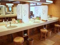 大浴場【湯元館】のパウダールーム。アメニティも常備しております。