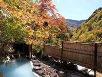 紅葉の山間と露天風呂「鬼ヶ城」