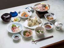 *旬のきのこなど地元で獲れた食材を使ったご夕食(一例)