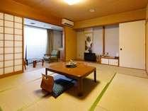 和室10帖。広い部屋でゆっくりの時間を過す。