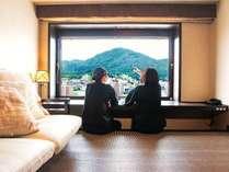 【客室】景色を眺めながら旅の思い出話などで盛り上がるお時間を…(写真はデラックスツイン)