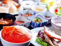【2階/朝食】北海道産いくらがかけ放題の海鮮丼や炙焼き、洋食・デザートなど約100種類の品揃え