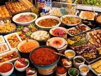 【2階/朝食】北海道産いくらかけ放題の海鮮丼や炙焼き、洋食・デザートなど和洋メニュー多彩に用意
