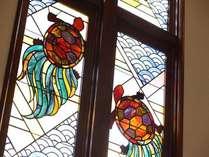 【亀のステンドグラス】江戸後期から続いていた旅篭亀屋が、明治27年に洋室を増築し「亀屋ホテル」へと改名