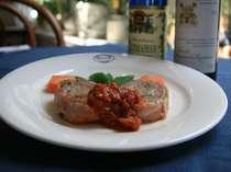 肉料理1例、フィレ肉のベーコンロール、マリナラソース添え