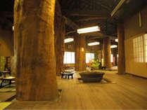 日本でもあまり類の無い大木と銘木建築の別邸の館 200畳敷の食事処