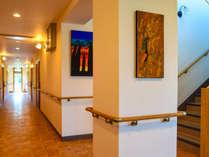●館内は随所に手すりを設置しています。通路も広々とご移動も快適です。