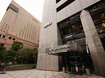 新橋駅からは線路沿いを有楽町方面へ、第一ホテル東京を超えてすぐ。