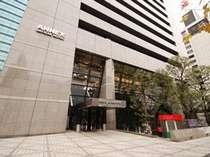 内幸町駅より徒歩2分、新橋駅より徒歩3分。都心にありながら、隠れ家的雰囲気のアットホームなホテル