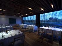 夜はシックで落ち着いた雰囲気に/レストラン「FOREST」