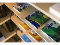ラウンジでもお部屋でもゆったりと本を読む時間を楽しめます/宿泊者専用ライブラリー