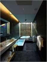 デラックスツインルームのみ内風呂・吹き抜けのジャグジーのどちらも完備/バスルーム